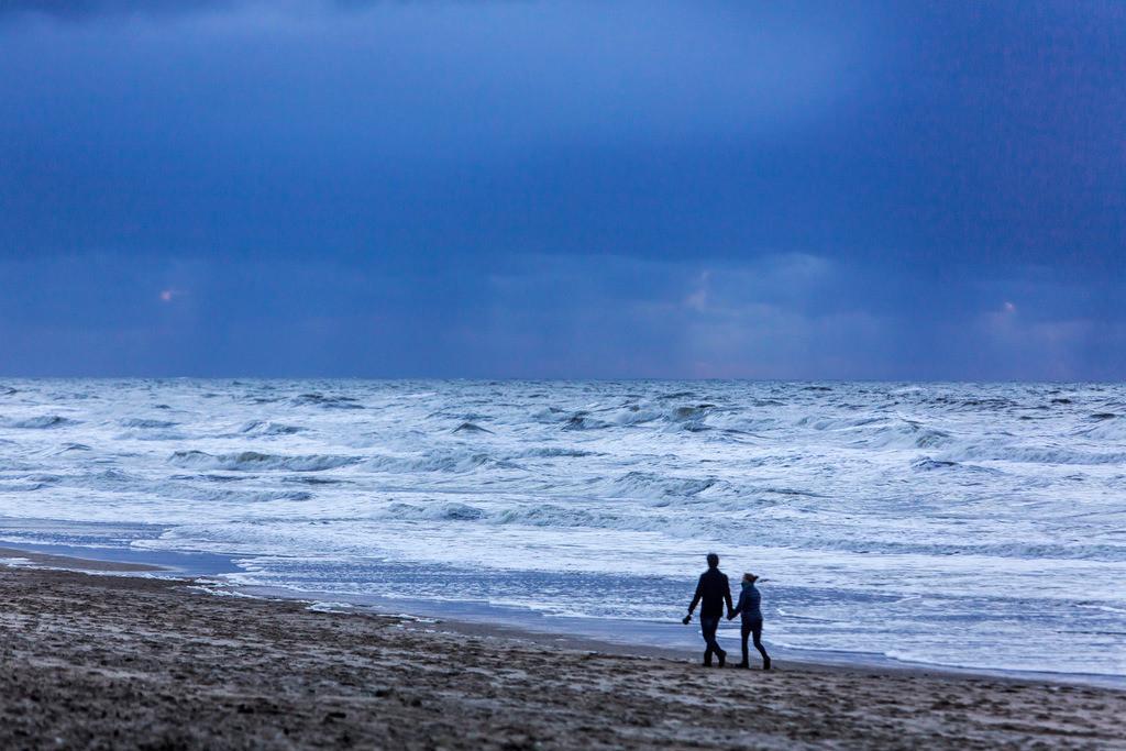 JT-131110-1277_1 | Nordseestrand, aufgewühlte See, Wolkenberge, bei einem Herbststurm, Spaziergänger,