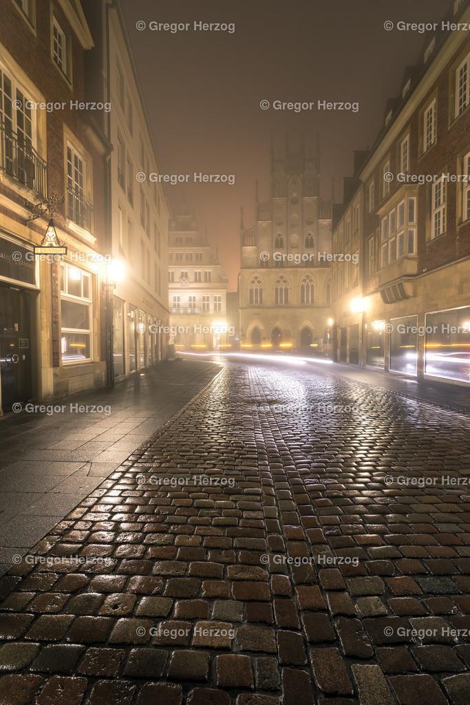 Geheimnisvoll | Blick auf das Historische Rathaus im Nebel