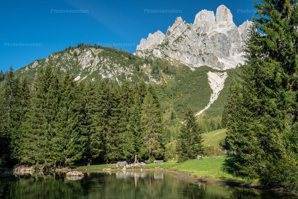 Gross Bischoffsmütze Filzmoos Austria | Die Große Bischofsmütze ist mit einer Höhe von 2458 m ü. A. der höchste Gipfel im Gosaukamm des Dachsteinmassivs. Gemeinsam mit der Kleinen Bischofsmütze (2430 m ü. A.) bildet sie einen markanten Doppelgipfel, der dem Gosaukamm frei entragt. Die Bischofsmützen sind durch die Mützenschlucht voneinander getrennt und liegen auf der Grenze zwischen den Gemeinden Filzmoos und Annaberg-Lungötz.