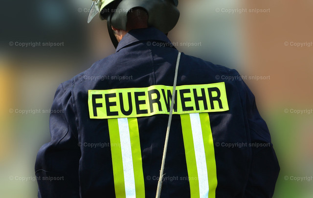 Feuerwehrmann | Ein Feuerwehrmann in Arbeitskleidung von hinten.
