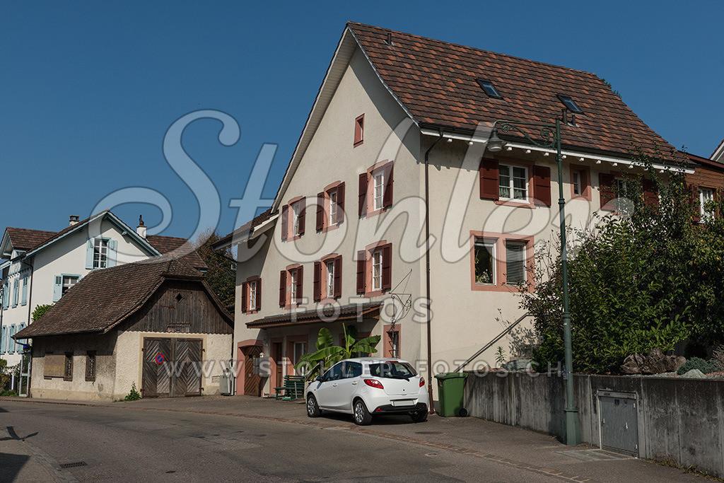Wohnhaus, Arisdorf (BL) | Wohnhaus an der Hauptstrasse mit alter Garage, Arisdorf im Kanton Baselland.