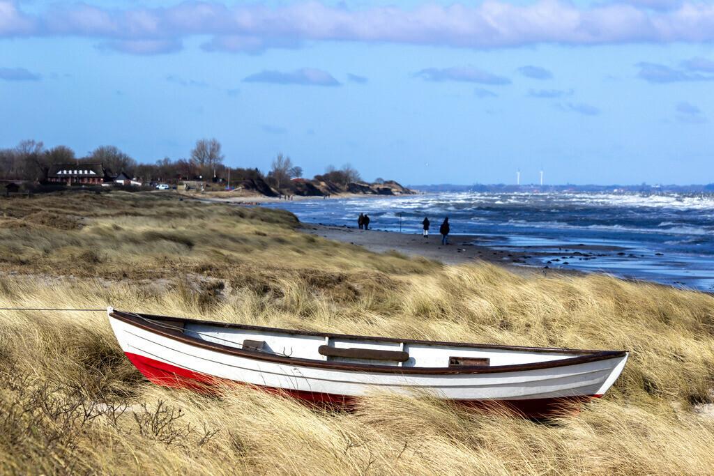 Strand in Kronsgaard | Boot im Strandgras am Strand von Kronsgaard