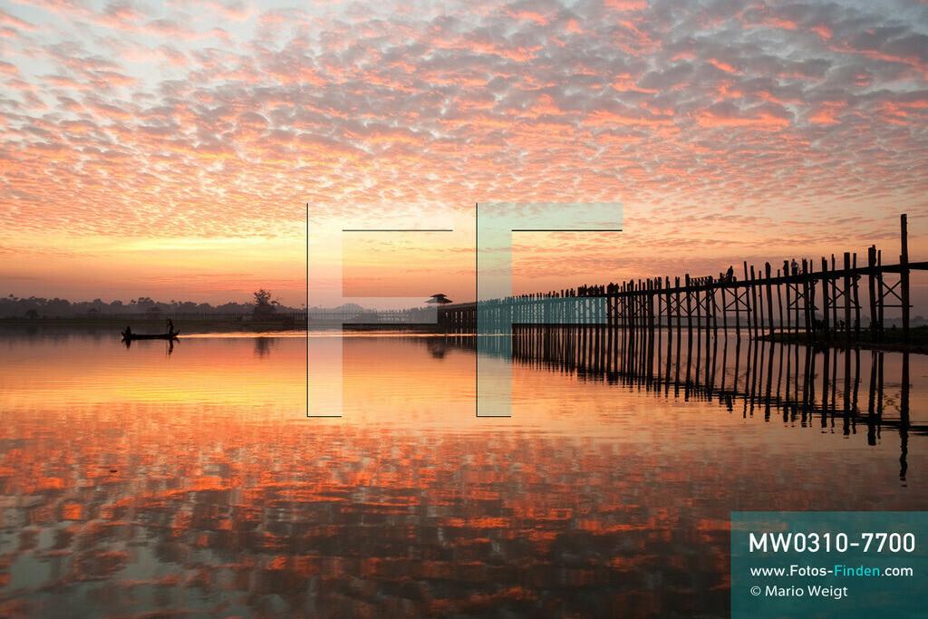 MW0310-7700   Myanmar   Mandalay-Region   Amarapura   Reportage: Schiffsreise von Bhamo nach Mandalay auf dem Ayeyarwady   Morgenstimmung an der U-Bein-Brücke in Amarapura bei Mandalay. Die Brücke über den Taungthaman-See ist mit 1,2 km die längste Teakholzbrücke der Welt.  ** Feindaten bitte anfragen bei Mario Weigt Photography, info@asia-stories.com **
