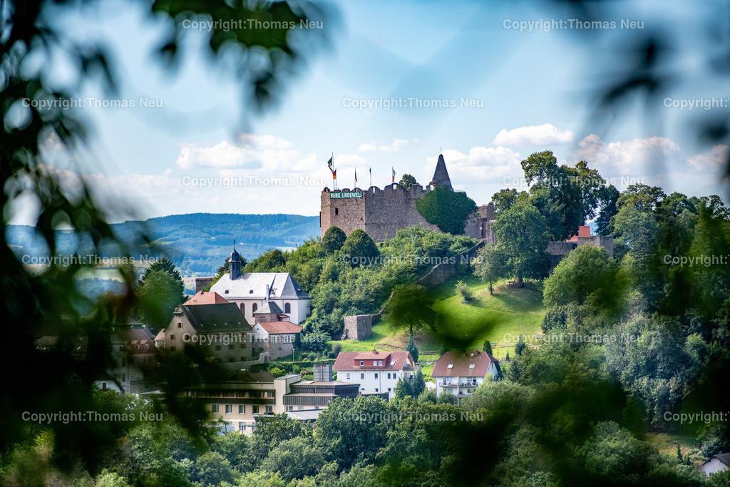 DSC_3347   Lindenfels, am kommenden Wocheende wäre das Burgfest gewesen, ,jetzt wehen wenigstens die Fahnen über der Burg und das Transparent über den Zinnen, , Bild: Thomas Neu