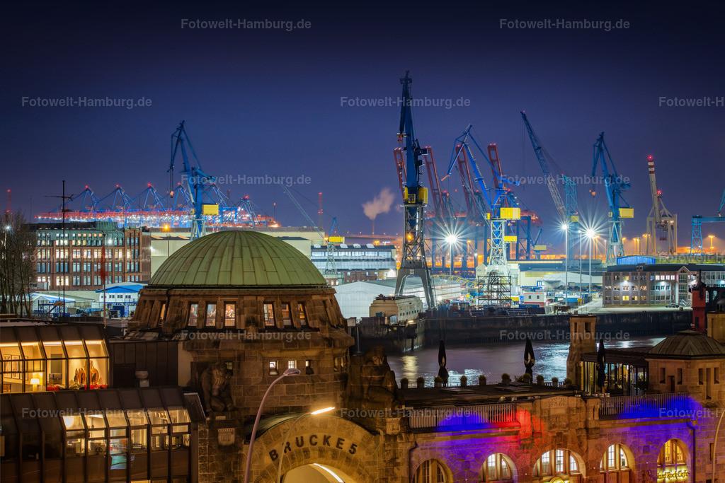 10210209 - Blaue Stunde an der Brücke 5 | Blick über die Landungsbrücken auf den Hamburger Hafen zur blauen Stunde.