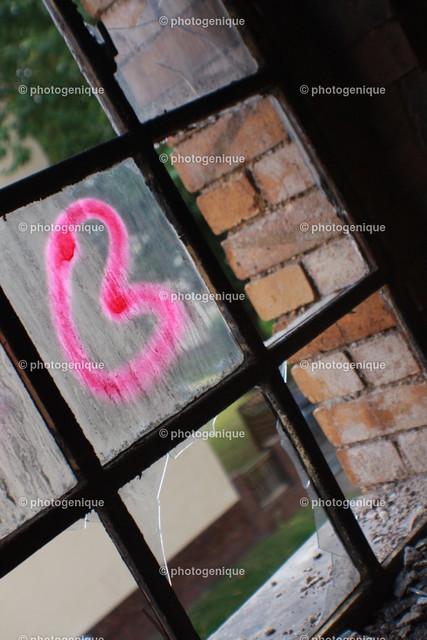 Rosa Herz an Fenster | rosa Graffitti-Herz an einer Fensterscheibe