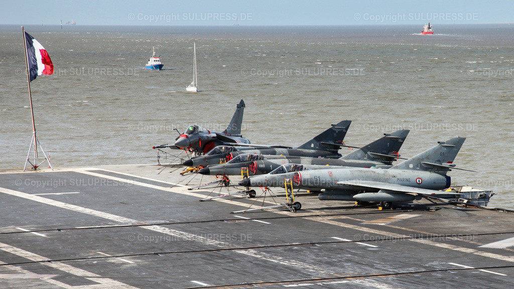 Dassault Super Étendard und Dassault Rafale Kampfflugzeuge   09.04.2010, eine Dassault Rafale, ein zweistrahliges Mehrzweckkampfflugzeug sowie drei Dassault Super Étendard, einstrahlige Kampfflugzeuge, beide vom Hersteller Dassault Aviation auf dem französischen Flugzeugträger R 91 'Charles de Gaulle' im Hafen von Cuxhaven. Bis 2016 waren die Jagdbomber vom Typ Dassault 'Super Étendard' mit an Bord.