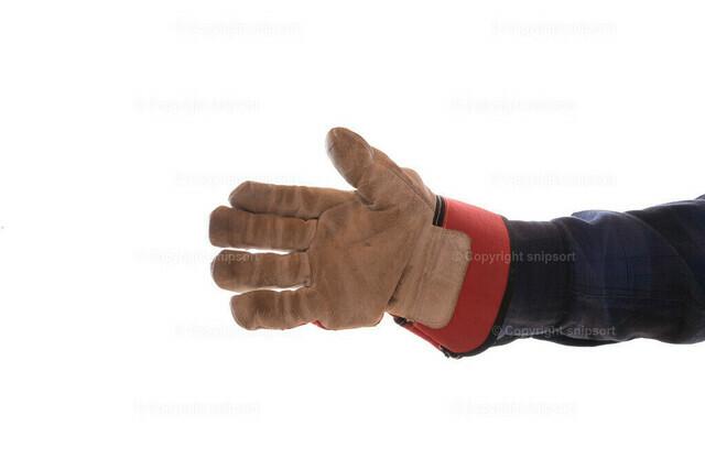 Die Hand eines Handwerkers | Ein Handwerker streckt freundlich die Hand entgegen (freigestellt).