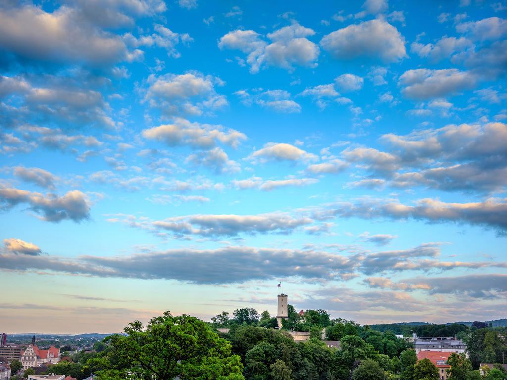 Sparrenburg an einem Sommerabend | Sparrenburg und Wolkenhimmel an einem Sommerabend in Bielefeld.