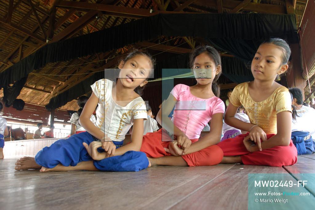 MW02449-FF | Kambodscha | Phnom Penh | Reportage: Apsara-Tanz | Für die Schülerinnen der Tanzschule beginnt jede Tanzstunde mit Aufwärmübungen. Sechs Jahre dauert es mindestens, bis der klassische Apsara-Tanz perfekt beherrscht wird. Kambodschas wichtigstes Kulturgut ist der Apsara-Tanz. Im 12. Jahrhundert gerieten schon die Gottkönige beim Tanz der Himmelsnymphen ins Schwärmen. In zahlreichen Steinreliefs wurden die Apsara-Tänzerinnen in der Tempelanlage Angkor Wat verewigt.   ** Feindaten bitte anfragen bei Mario Weigt Photography, info@asia-stories.com **