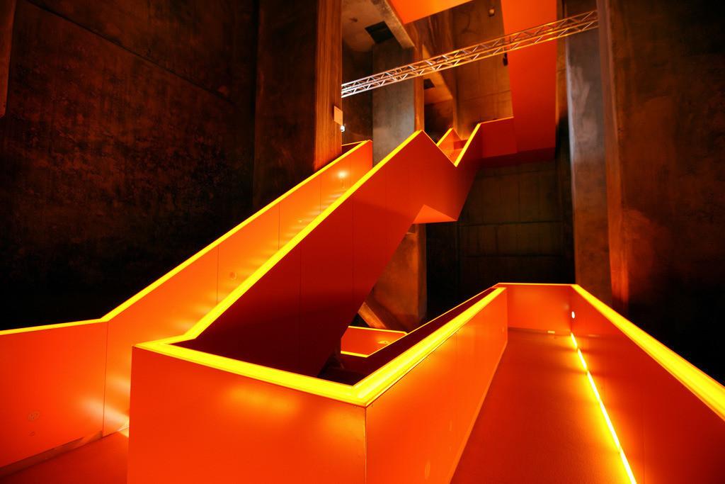 Ruhrmuseum   Rot illuminiertes Haupttreppenhaus im  neuen Ruhrmuseum, eröffnet im Januar 2010, Kulturhauptstadtjahr, in der ehemaligen Kohlenwäsche der Zeche Zollverein, Weltkulturerbe. Essen, NRW, Deutschland, Europa.