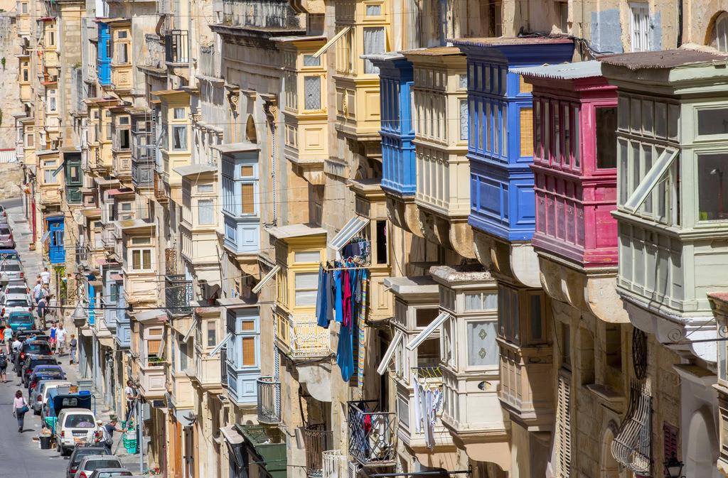 JT-170510-102   Valetta, Hauptstadt von Malta, typische, Holz verkleidete Balkone, Erker, mit Fenstern an den Häuser, Republic Street,