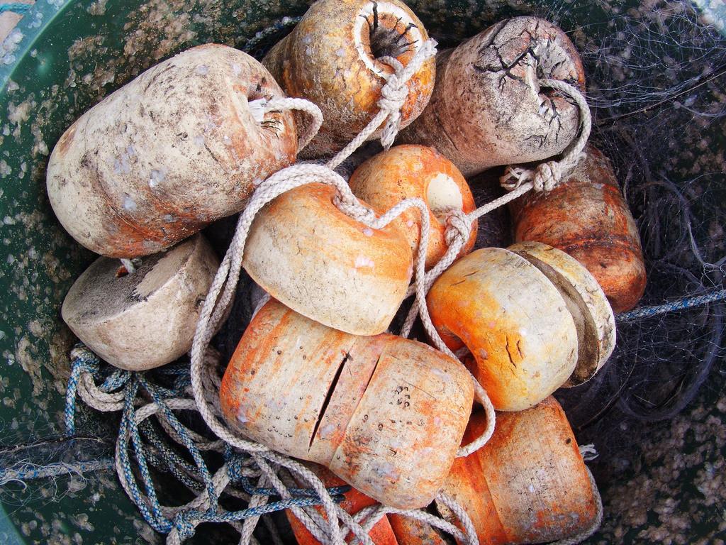 Ostseefischerei  | Fischerboote der Ostseefischer am Sandstrand von Baabe, Insel Rügen, Markierungsbojen,
