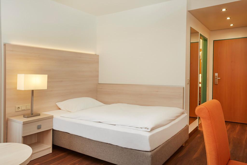 zimmer-einzelzimmer-bett-02-hplus-hotel-aalen