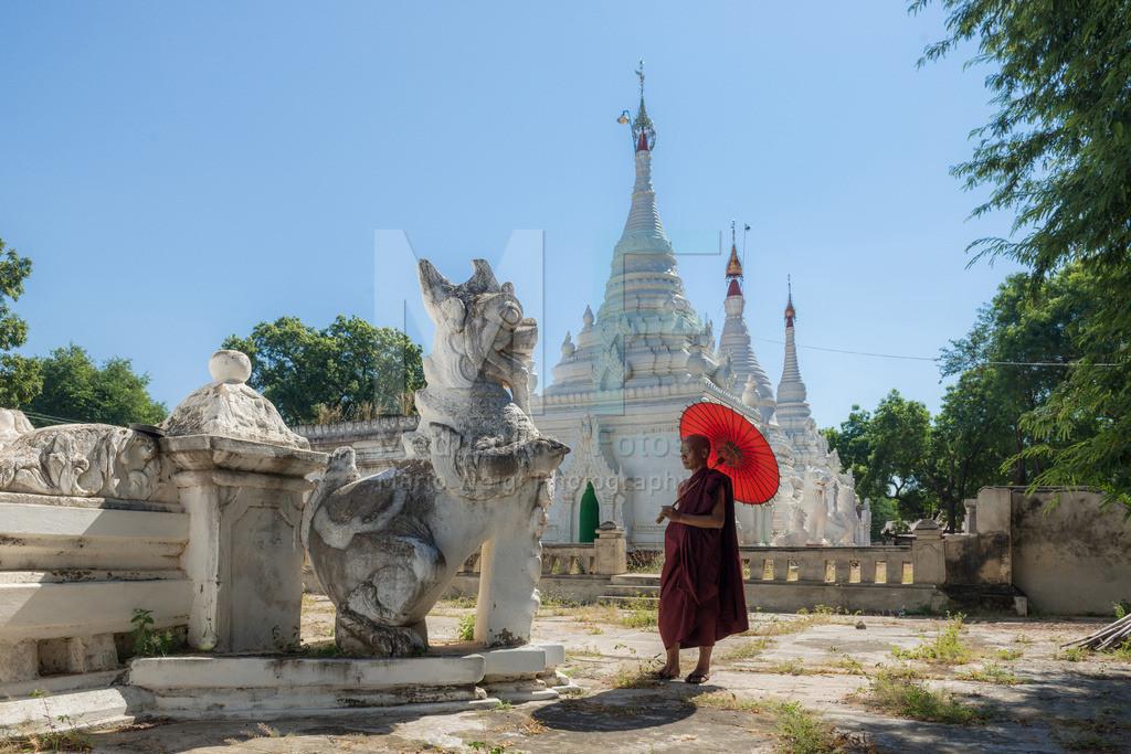 MW1119-2921 | Fotoserie DER ROTE SCHIRM | Mönch in einem alten buddhistischen Kloster in Salay