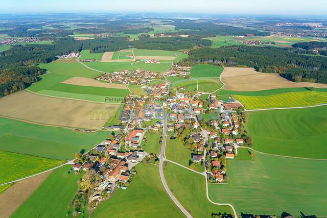 luftbild-nussdorf-chiemgau-bruno-kapeller-90 | Luftaufnahme von Nußdorf im Chiemgau, Herbst 2019. Das Dorf befindet sich ca.5 km vom Chiemsee entfernt, Landkreis Traunstein.