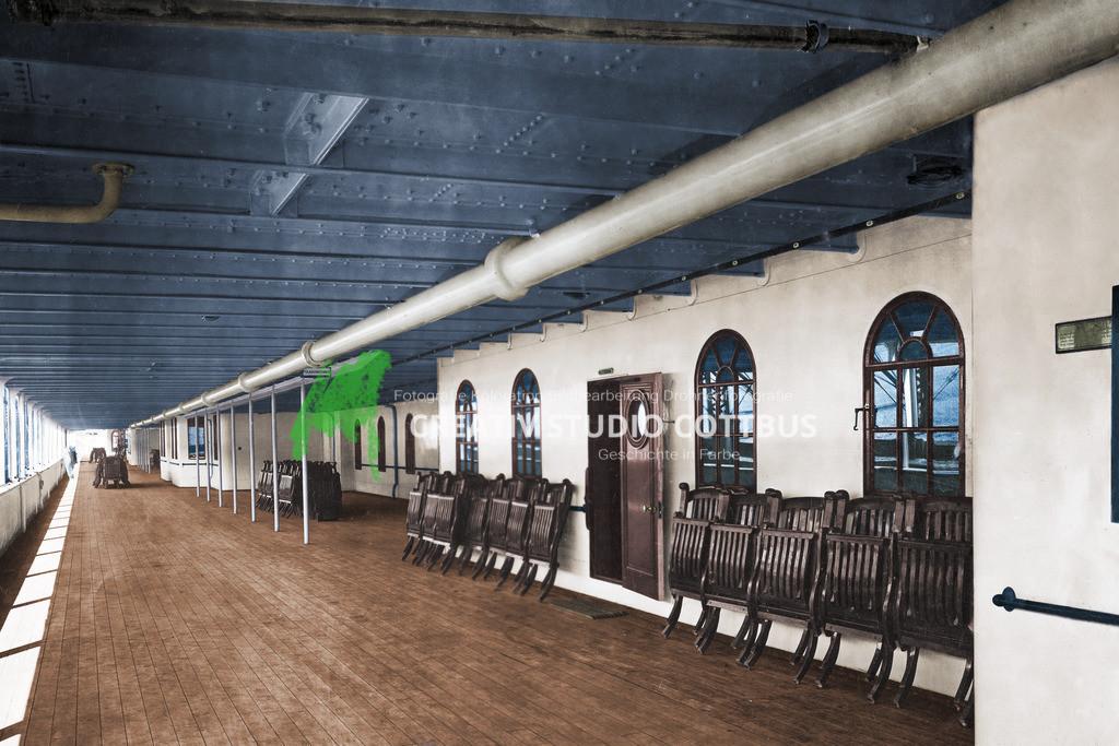 Promenadendeck | Das Promenadendeck der 1. Klasse auf der Titanic 1912. Originalfoto in Schwarz-Weiß, koloriert und restauriert in Farbe.