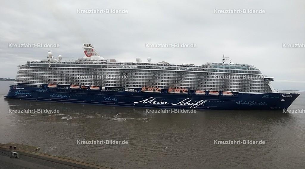Mein Schiff 5 in Bremerhaven | Die Mein Schiff 5 aufgenommen von Aussichtsbalkon des Cruise Centers in Bremerhaven