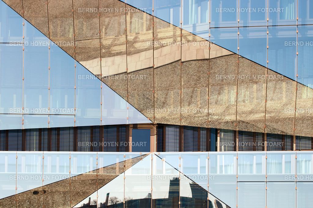 cube wings | Foto einer modernen Hausfassade in Berlin, Deutschland / digital leicht nachbearbeitet. | Photo of a modern house facade in Berlin, Germany / digitally slightly reworked.