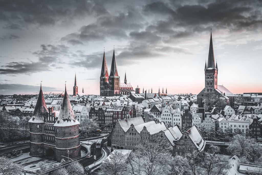 Lübeck im Schnee | Dies ist eine farblich überarbeitete Version des beliebten Lübeck-Panoramas. Das Bild entstand im Januar 2019 und zeigt das Holstentor und die Altstadt mit frischem Pulverschnee überdeckt. Dieser seltene Anblick lässt die Stadt märchenhaft erscheinen.