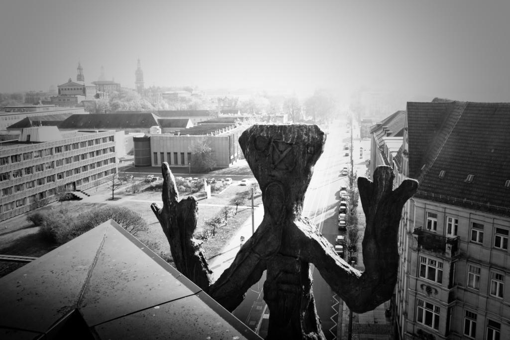 Dresden Blick auf die Ostra-Allee   Blick auf die Ostra-Allee vom Penck-Hotel mit Altstadt im Hintergrund. Skulptur von A.R. Penck im Vordergrund.  Aus der Serie