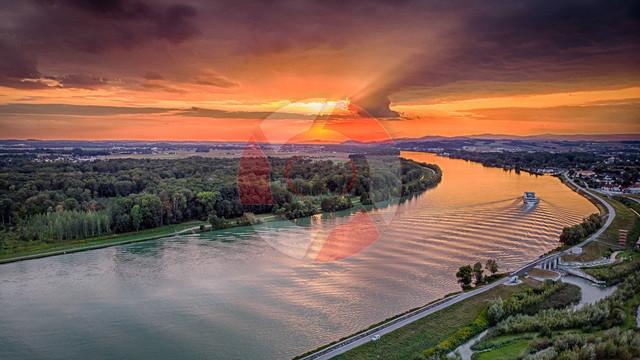 Über der Donau | Blick auf den Sonnenuntergang in Au an der Donau von oben