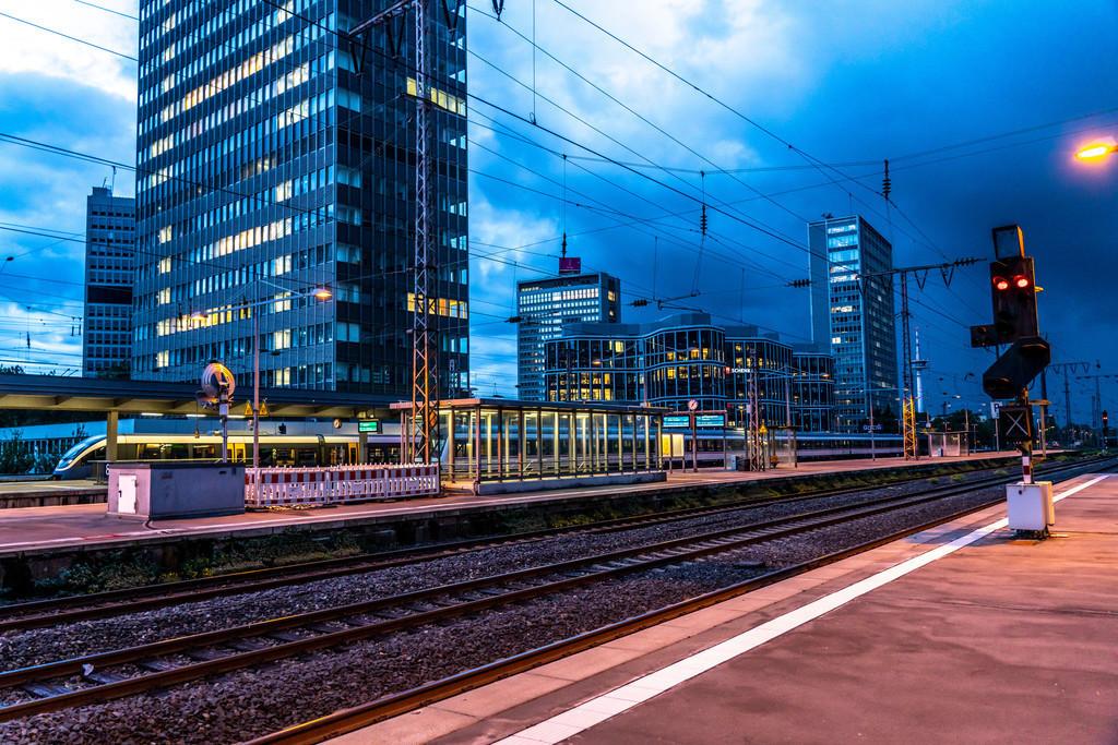 JT-201008 | Der Hauptbahnhof in Essen, Bürogebäude, abendliche Skyline, Essen, NRW, Deutschland,