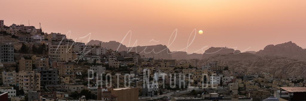 Sonnenuntergang in Jordanien | Die Sonne über einer jordanischen Stadt