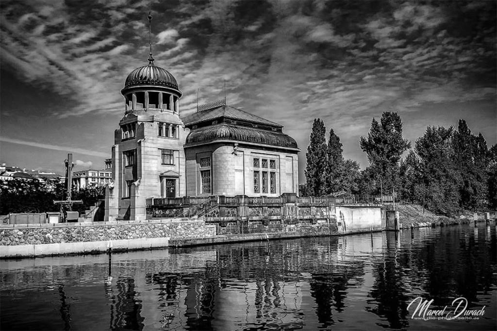 Wasserkraftwerk in der Moldau | kleines Wasserkraftwerk auf einer Moldauinsel in Prag