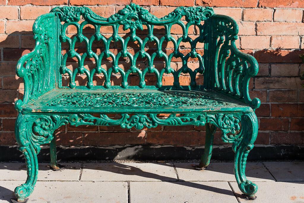 Grüne Bank aus Eisen
