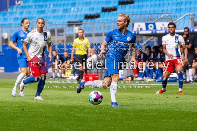 Fußball, Herren, Testspiel, Hamburger SV - FC Hansa Rostock, Volksparkstadion, 09.08.2020 | Nils Butzen (#16 Hansa Rostock) am Ball