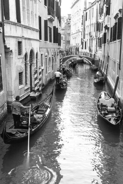 Gondeln in Venedig -Schwarzweiß- | Gondeln in Venedig in einem  Kanal