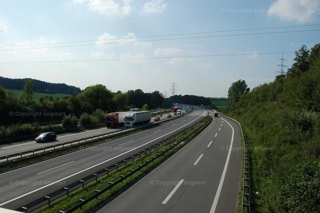 Autobahn | Ein Autobahn in Deutschland mit vorbeifahrenden Autos.