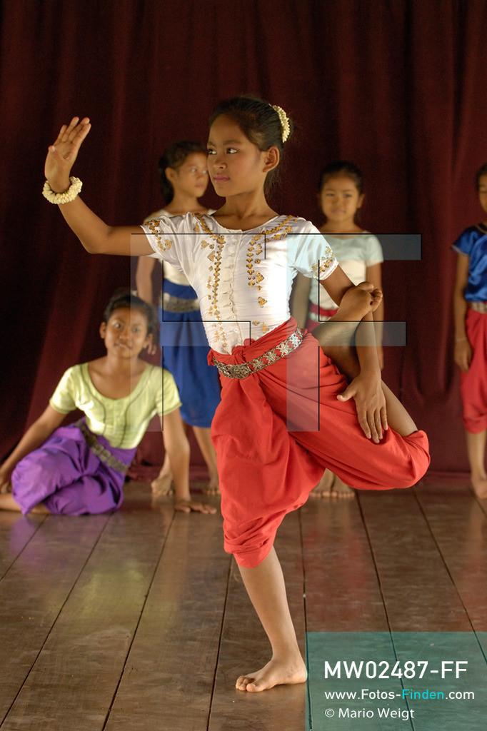 MW02487-FF   Kambodscha   Phnom Penh   Reportage: Apsara-Tanz   Tanzpose einer Schülerin in einer Tanzschule. Sie lernt den Apsara-Tanz. Sechs Jahre dauert es mindestens, bis der klassische Apsara-Tanz perfekt beherrscht wird. Kambodschas wichtigstes Kulturgut ist der Apsara-Tanz. Im 12. Jahrhundert gerieten schon die Gottkönige beim Tanz der Himmelsnymphen ins Schwärmen. In zahlreichen Steinreliefs wurden die Apsara-Tänzerinnen in der Tempelanlage Angkor Wat verewigt.   ** Feindaten bitte anfragen bei Mario Weigt Photography, info@asia-stories.com **