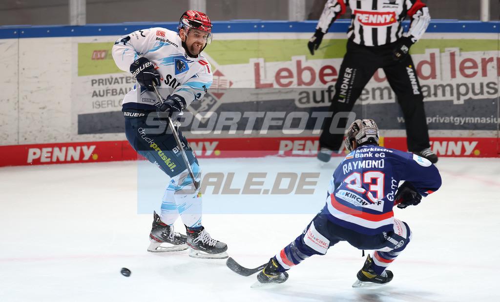 Iserlohn Roosters - ERC Ingolstadt | Zweikampf zwischen Casey Bailey und Brandon DeFazio  DEL: Iserlohn Roosters - ERC Ingolstadt