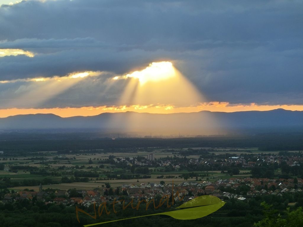 Himmelslicht | Blick vom Michaelsberg bei Bruchsal über die Rheinebene mit spektakulärem Sonnenlicht durch die Wolkendecke.
