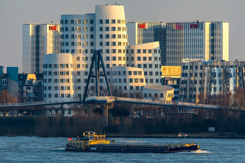 JT-180222-217 | Düsseldorf, die Gehry Bauten, Neuer Zollhof,  im Medienhafen, hinten der RWI4 Gebäude Komplex, Rhein, Frachtschiff,