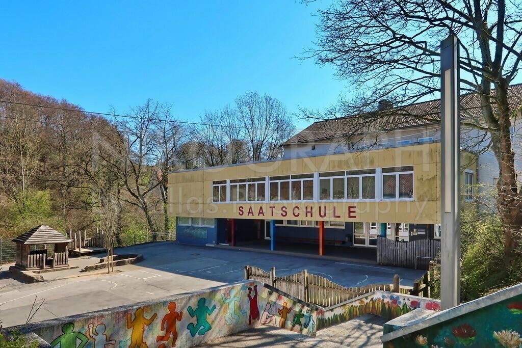 Schulhof der Saatschule Iserlohn   Die Saatschule ist eine Grundschule in Iserlohn. In den fünfziger Jahren hat die seinerzeit selbstständige Gemeinde Oestrich die Saatschule als Volksschule gebaut.