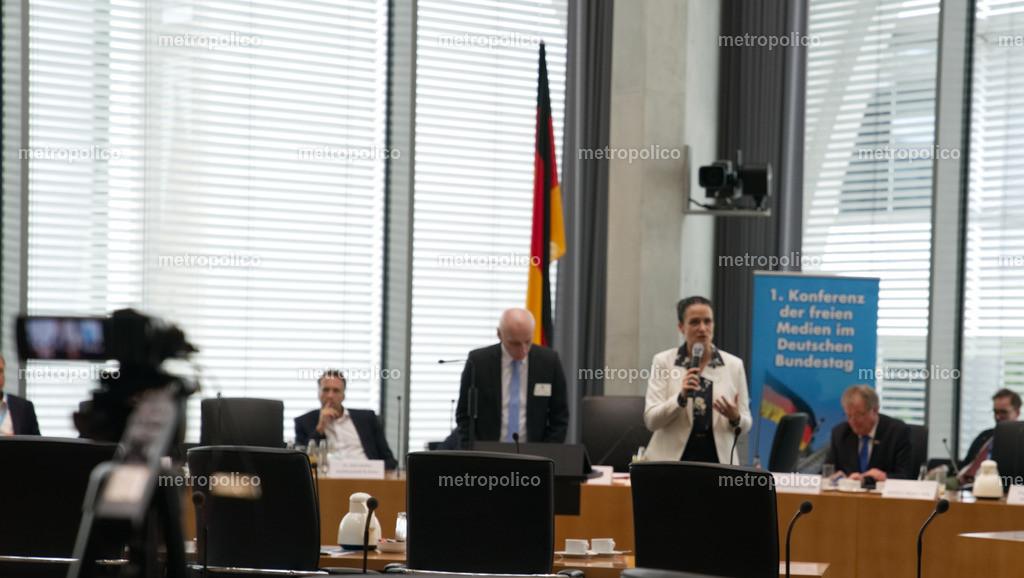 Medienkonferenz Bundestag Plenum Saal freie alternative Medien bei der AfD Fraktion am 10. Mai 2019 im Bundestag Nicole Höchst spricht