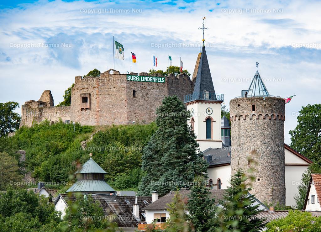 DSC_3339 | Lindenfels, Lindenfelser Turmparade, am kommenden Wocheende wäre das Burgfest gewesen, ,jetzt wehen wenigstens die Fahnen über der Burg und das Transparent über den Zinnen, , Bild: Thomas Neu