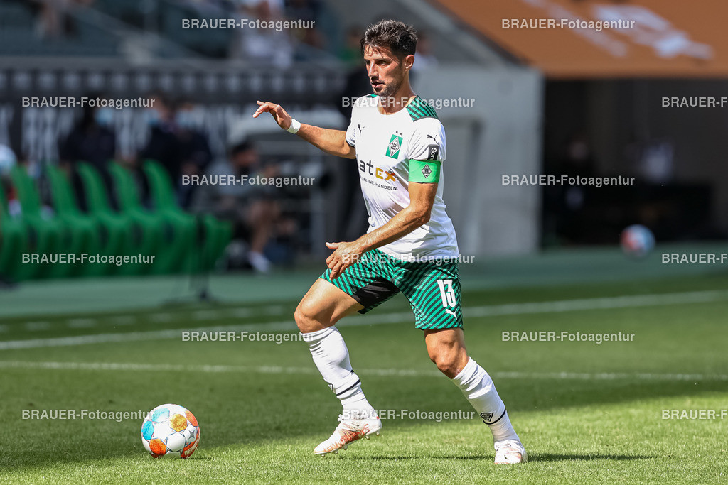 Borussia Moenchengladbach - FC Groningen  | Moenchengladbach, Deutschland, 31.07.2021: Lars Stindl (Borussia Moenchengladbach) in Aktion, am Ball, Einzelaktion,    beim Testspiel zwischen Borussia Moenchengladbach und FC Groningen im Borussia-Park am 31. Juli 2021 in Moenchengladbach.  (Foto: BRAUER-Fotoagentur)   DFB / DFL REGULATIONS PROHIBIT ANY USE OF PHOTOGRAPHS AS IMAGE SEQUENCES AND/OR QUASI-VIDEO.