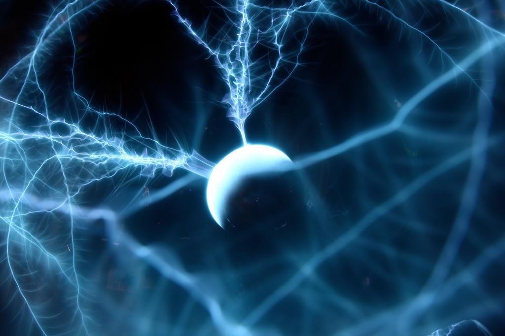 Plasmalampe, Blitzkugel | Plasmalampe oder auch Blitzkugel geannt. Glaskugel mit Edelgasen gefuellt, eine kleine Kugel im Inneren dient als Elektrode. Durch die Elektrische Spannung steigen Lichtfaeden auf, die an der Glaswand brechen. Eine aufgelegte Hand veraendert die Feldstaerke und beeinflusst die Blitzartigen Lichtfaeden.