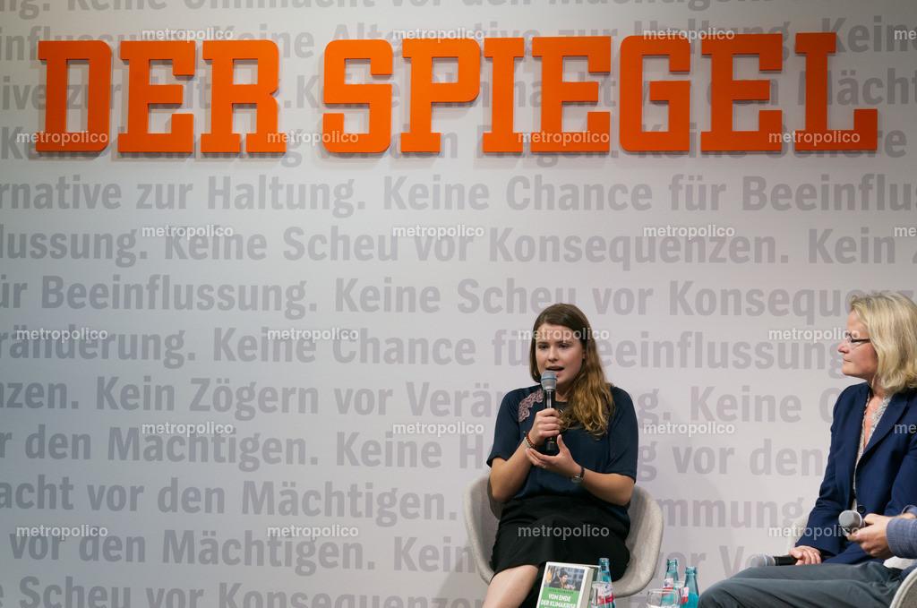 Luisa Neubauer im Gespräch mit SPIEGEL-Redakteurin Annete Bruhns auf der Frankfurter Buchmesse (2)