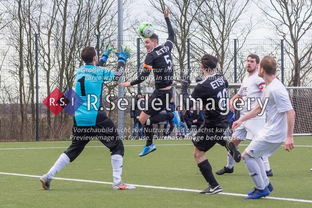 Fußball, Herren, Kreisliga 3, ETSV Hamburg II - SC Vier- und Marschlande III., Mittlerer Landweg, 01.03.2020   Andre Sjuts (#1, SCVM, Torwart), Alexander Hamann (#5, ETSV, Kapitän)