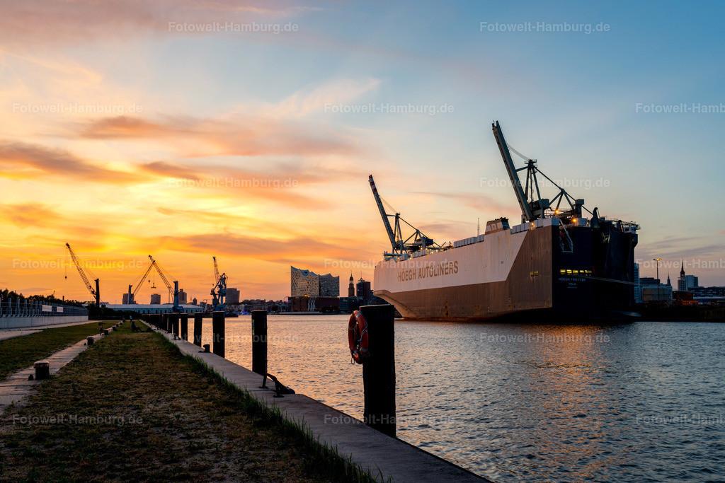 10200216 - Abendlicht im Hamburger Hafen | Blick entlang des Hansahafens auf Elbphilharmonie und den eindrucksvollen Autoliner