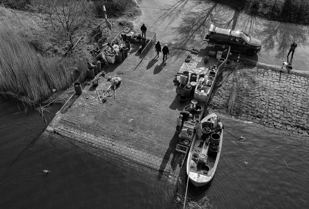 Matthias Nanz – ein Fischer an der Schlei © Holger Rüdel   Matthias Nanz aus Schleswig ist einer der letzten Berufsfischer an der Schlei. Mit seinem Boot fährt er vom Liegeplatz in Missunde zu den Fanggründen in der Schlei. Im zeitigen Frühjahr werden vor allem Heringe gefangen. Ein Teil des Fangs geht direkt nach der Landung an Privatkunden.