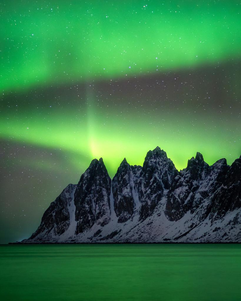 Aurora | Northern lights over norwegian mountain peaks.