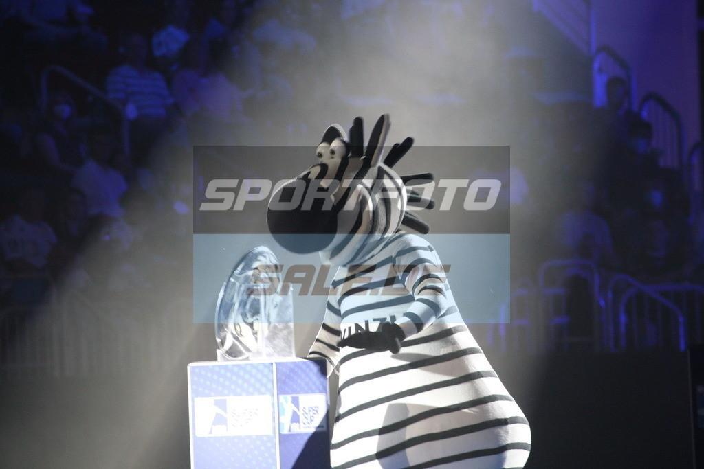 Handball Supercup | Kiels Maskottchen mit der Meisterschale - © by K-Media-Sports / Sportfoto-Sale.de