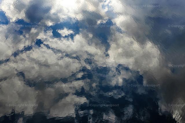 Reflektierende Wolken im Wasser | Wie Aquarell aussehende reflektierende Wolken im Wasser