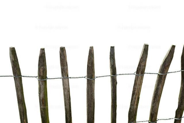 Holzzaun über weißem Hintergrund | Ein rustikaler Holzzaun über einem weißen Hintergrund